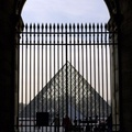 Pyramide et grille